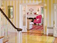 Просторный холл дома с обоями в желто-белую полоску