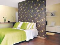 Оригинальный дизайн спальни с желто-бежевыми обоями