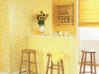 Светло-желтые обои в маленькой кухне
