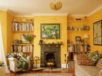 Яркие желтые обои в комнате со сложной геометрией