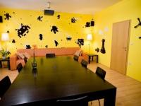 Оформление игровой комнаты ярко-желтыми обоями с рисунками
