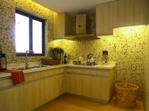 Желтые обои в монохромной кухне