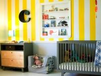 Обои в желто-белую полоску в интерьере детской комнаты