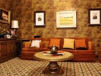 Золотистые обои с крупным рисунком в цвет мебели