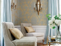 Золотые с голубым обои в интерьере комнаты