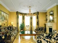 Однотонные золотые обои в комнате с пестрой мебелью