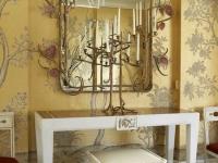 Сочетание рисунка золотых обоев и оформления зеркала